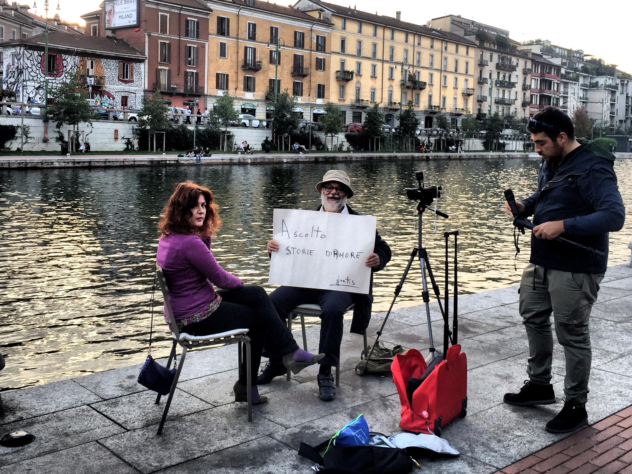 L'uomo che ascolta storie d'amore a Milano sui Navigli