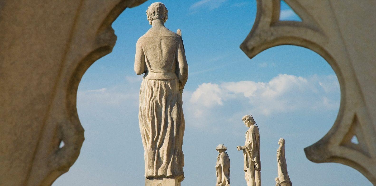 Statua donna a Milano YOUparti