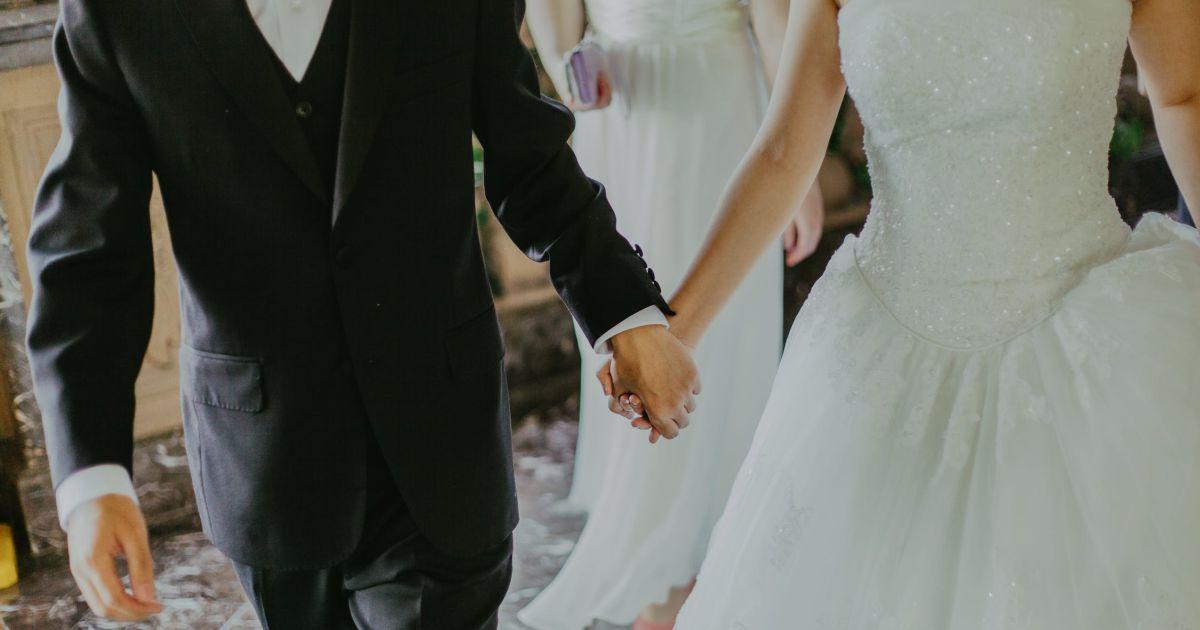 Ex vestita da sposa al matrimonio