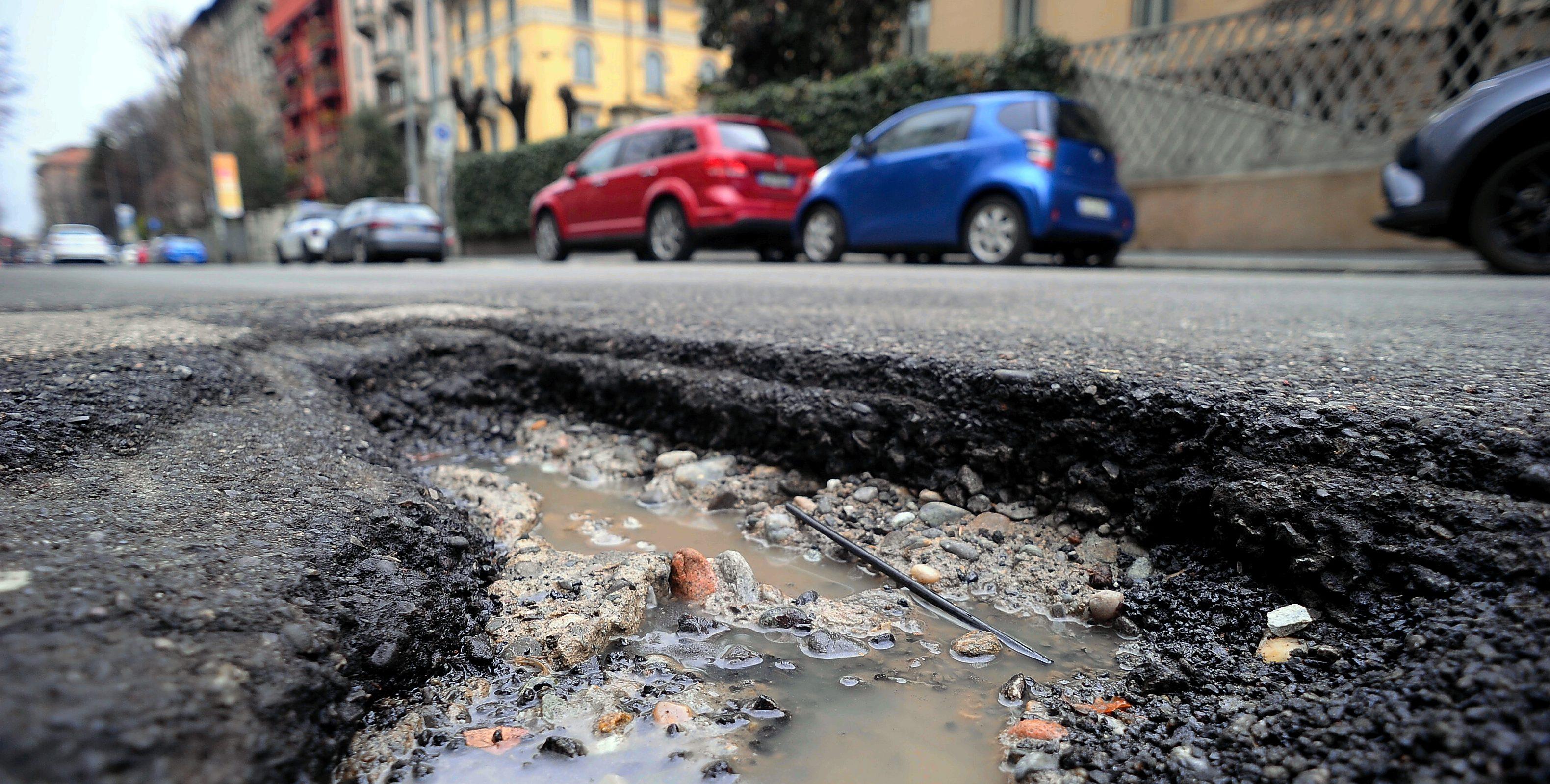 Buche in strada a Milano