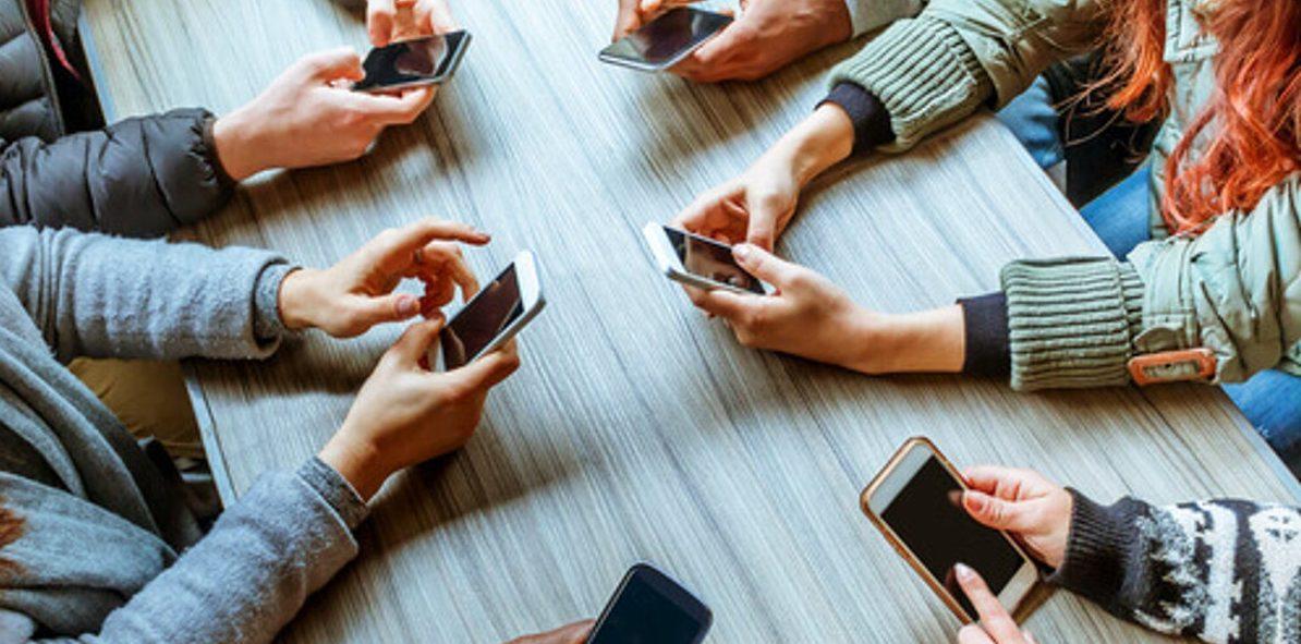 Il cellulare nelle pause non aiuta a riprendere la conversazione