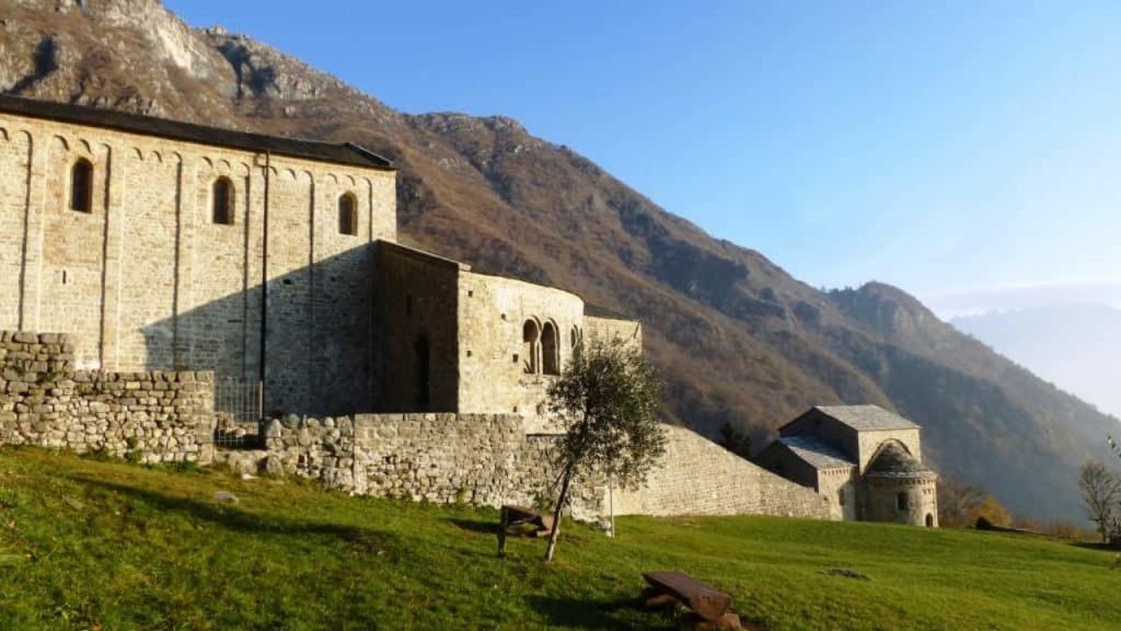 10 POSTI dove FUGGIRE dal mondo restando in LOMBARDIA YOUparti Abbazia di San Pietro al monte, Civate